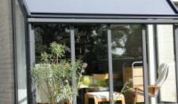 Le zip sky est la solution pour vos fenêtres inclinées de véranda, muni d'un système spécial de mise sous tension de la toile, il peut être placé dans n'importe quel angle d'inclinaison.