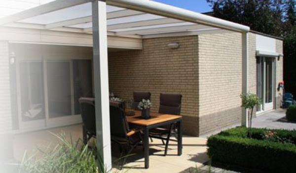 Une toiture de terrasse agrandit votre maison et ajoute plus d'ambiance à votre jardin. Vous profitez du plein air, à chaque moment de la journée, pendant toute l'année. Vous restez bien au sec pendant une averse.