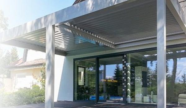 Verano® compte deux types de toitures bioclimatiques : la V860-Levanto aux lamelles basculantes, et la V880-Rapallo aux lamelles pouvant également inclinées.  Les deux toitures à lamelles Verano® présentent un aspect élégant et luxueux, vous permettent de régler vous-même l'intensité lumineuse sur votre terrasse. Pour que vous profitiez à tout moment d'un cadre idéal et chaleureux !