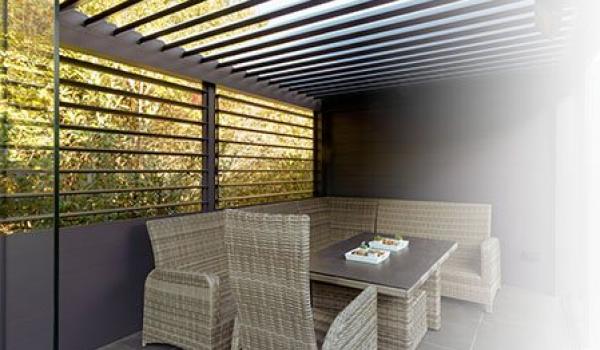 Une toiture bioclimatique vous apporte bien plus que le plaisir du grand air. Vous déterminez vous-même le degré d'ombre souhaité pour vous protéger du soleil. Les lamelles pouvant être basculées et/ou inclinées, vous profitez toujours de températures agréables.  Le tout en quelques gestes simples et avec le plus grand des conforts, grâce à la commande à distance.