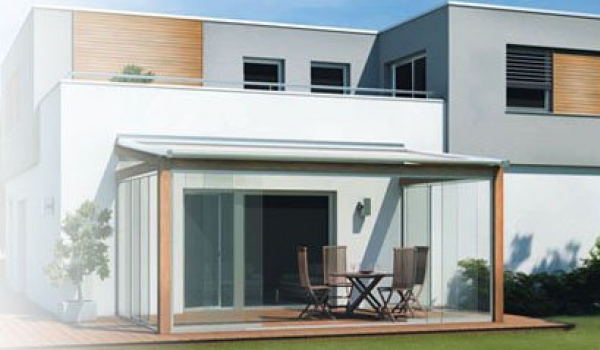 Talamanca est une paroi vitrée solide offrant tout le confort. Elle est équipée d'un système d'entraînement intégré reliant les panneaux en verre, ce qui vous permet d'ouvrir et de refermer la toiture de terrasse en un seul mouvement.