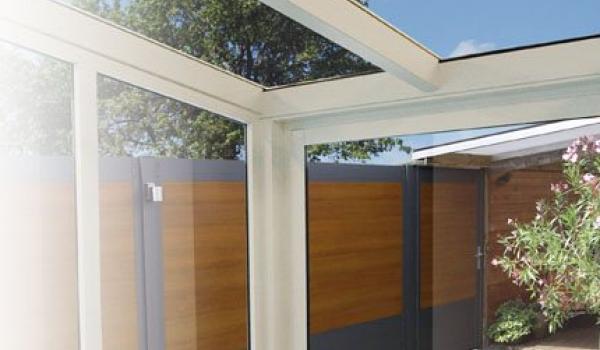 Avec la paroi vitrée Serena vous fermez votre toiture de terrasse par les côtés. Vous créez un bel espace protégé avec beaucoup de verre et de lumière : la transition parfaite entre votre habitation et la nature. Vous profitez d'être dehors par tous les temps, tout en restant protégé.