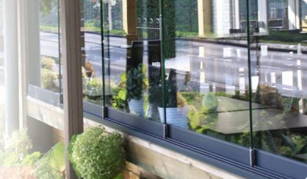 Fermez votre balcon ou toiture de terrasse très facilement avec la paroi vitrée Sa Caleta. Vous êtes bien à l'abri, tout en profitant d'être dehors. La paroi vitrée consiste en des panneaux en verre que vous pouvez facilement ouvrir ou fermer grâce aux rails souples.