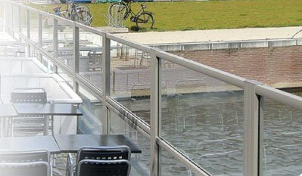 Profitez de votre jardin, terrasse ou balcon, tout en étant à l'abri. Les paravents en verre de Verano vous protègent du vent, mais laissent passer le soleil. Vous créez les conditions idéales pour être dehors.