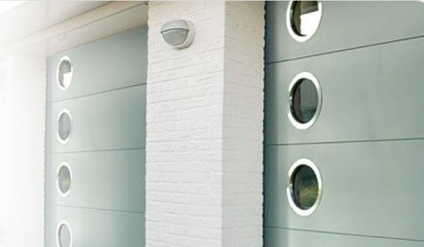 Les portes de garage Verano sont fabriquées dans les meilleures matériaux, sont très robustes et ne laissent aucune chance aux courants d'air.